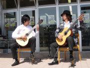 高知県出身ギターデュオ「いちむじん」。ステキな音色で聴衆を魅了。代表曲「龍馬伝」「よさこい変奏曲」「紫陽花」「Rui」など・・・。繊細なギターの音色は日々の疲れを癒やしてくれる。そんなライブへ足を運んでみよう!